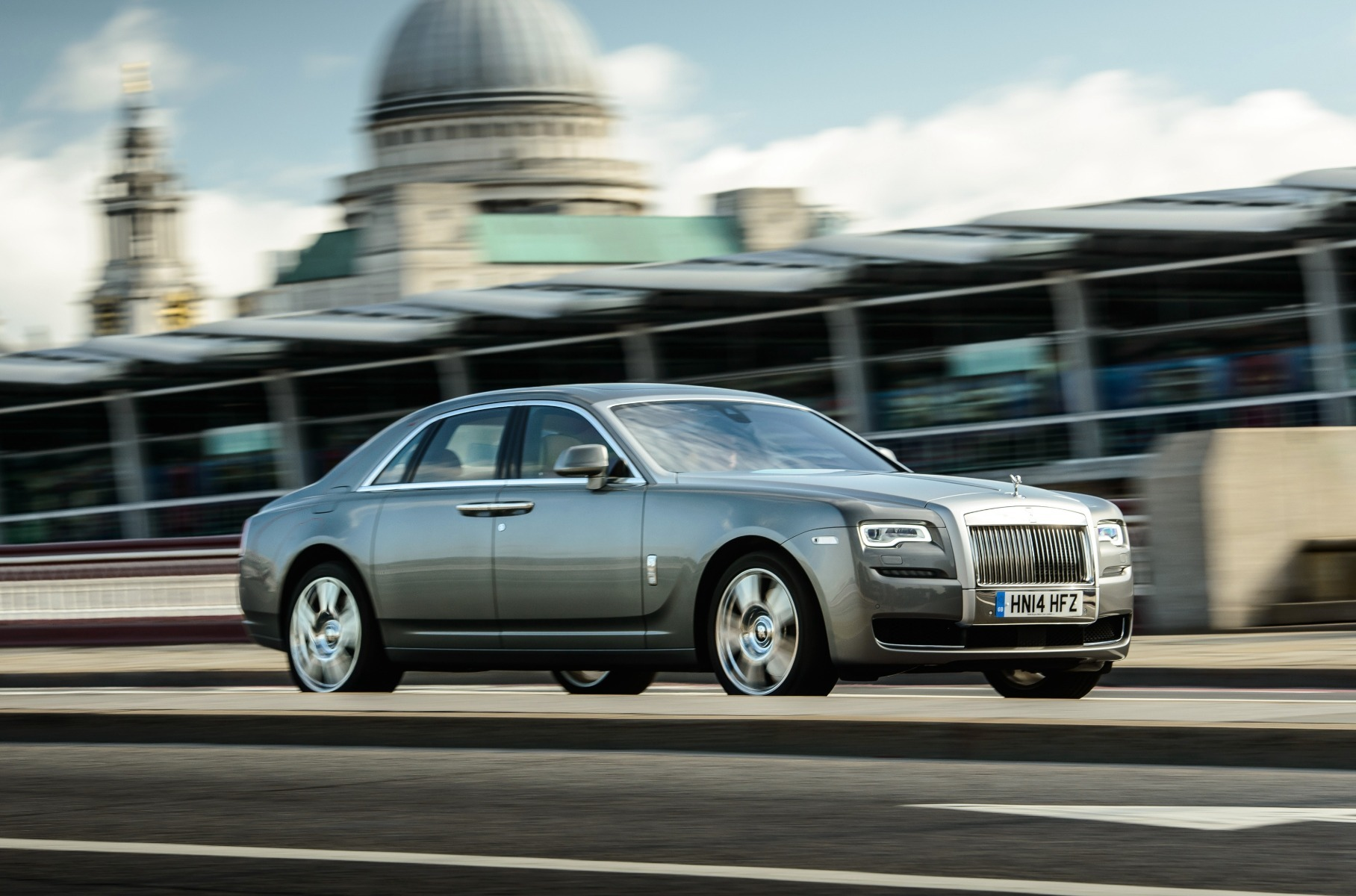 Новый Rolls-Royce Ghost научили шептать